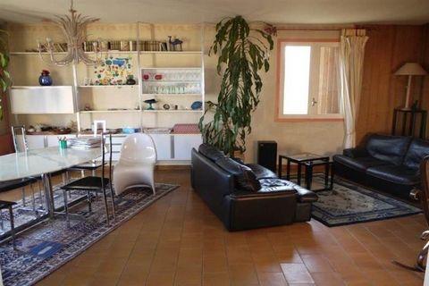 Baho, Villa 4 Faces Composé d'un F3/4 en RDC et d'un F5 au 1er étage de 212 m2 Habitable sur 727 m2 de Terrain Arboré, Piscinable, Forage, Garage de 30 m2, Au calme, Sans vis à vis, Exposé Sud. En RDC, Entrée, F3/4 avec Salon, Cuisine Indépendante, 2...