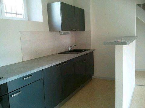 BAVANS : Au rez-de-chaussée d'une maison individuelle, appartement de type F2 Duplex, d'environ 48 m² comprenant une cuisine équipée ouverte sur le séjour avec accès à la terrasse et un WC. A l'étage : une chambre et une salle de bains avec douche . ...