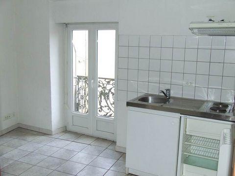 Situé au 1er étage d'un petit immeuble, studio avec balcon.Façade exposée sud.Bonne situation