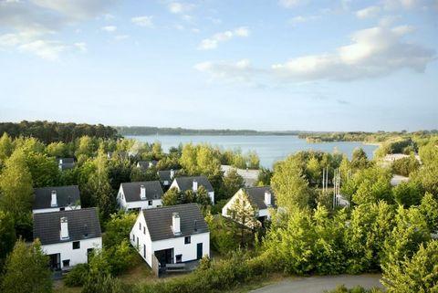 Les confortables villas de vacances de Kempense Meren (lacs) sont entourées d'une pinède odorante et des eaux jaillissantes de la mer de Rauwse (le plus grand lac intérieur de Flandre). Entourés de verdure, ils offrent une oasis de tranquillité idyll...