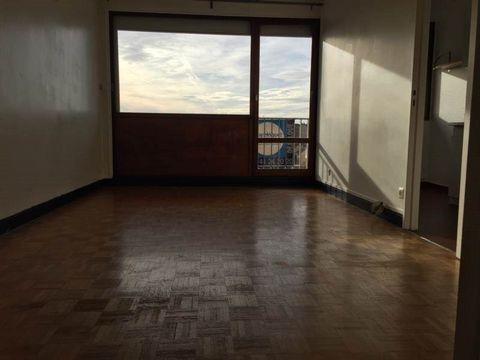 Au pied du RER Arcueil/Cachan, dans un immeuble de bon standing avec ascenseur, studio comprenant entrée, pièce principale avec balcon et cuisine.Cave et parking.Chauffage et eau chaude inclus dans le loyer.