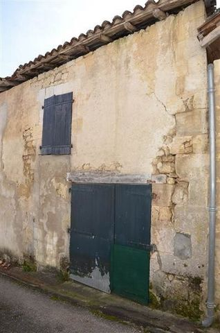 Centre de La-Tour-Blanche Grange à restaurer d'environ 40m2 au sol avec étage possible sur un terrain de 148m2.