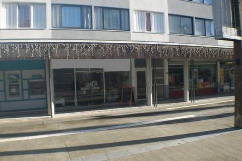 Local idéalement situé au cour de Mourenx, sur la place du marché, à proximité de la mairie, de la médiathèque et du cinéma. Pour un surface de 75 m², il se compose d'un espace de vente lumineux avec une grande vitrine, et d'une réserve, et coin sani...