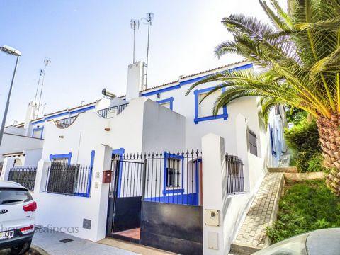 *Adosado en venta en Ayamonte* *Adosado en venta en Ayamonte* Adosado de Esquina en Ayamonte / Prov. Huelva. Casa tiene unos 120 m2 de superficie construida. Pequeño jardín de unos 30 m2. Sin muebles. 4 dormitorios con armarios empotrados. 2 baños. S...