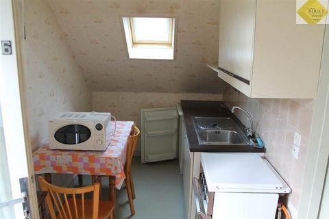 Un appartement meublé à proximité du centre-ville comprenant : au premier étage de l'immeuble : un séjour/cuisine, une salle d'eau/WC et une chambre.