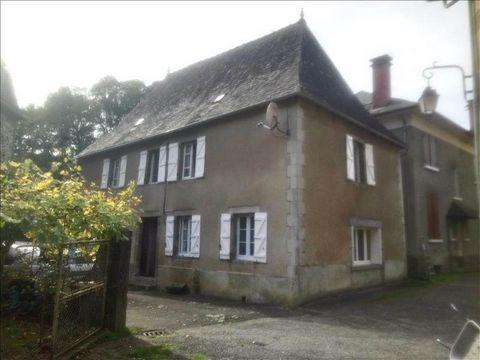 Maison en pierres crépie avec grange et bergerie, composée s'une pièce d'une cuisine, salon, 3 chambres, sde, sdb, combles aménageables, avec une cour, située dans la vallée de la Dordogne.