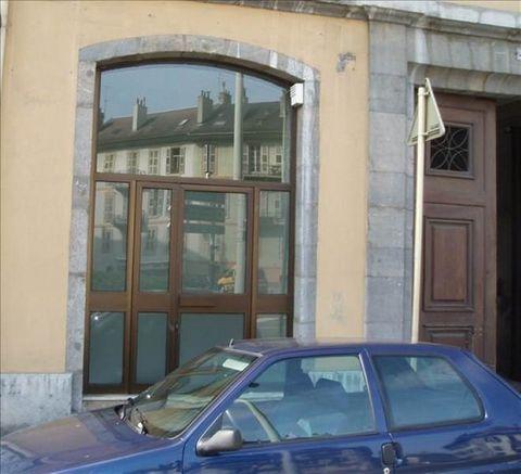 Au coeur du centre ville, local commercial de 23.50 m² avec bloc sanitaire et vitrine.Disponible Loyer TRIMESRIEL : 1699 € HT (dont 222 € de charges incluant le chauffage)Honoraires : 1074 € TTC