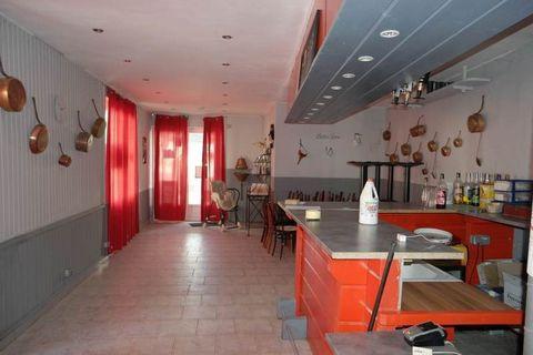 Au coeur de Romagne, maison de 160m2 habitables pouvant être aménagé en commerce.Au RDC : Cuisine, grande salle de 40 m² pouvant être transformé en restaurant, arrière cuisine et 2 WC, four à pizza, cellier.A l'étage : 5 chambres dont une avec placar...