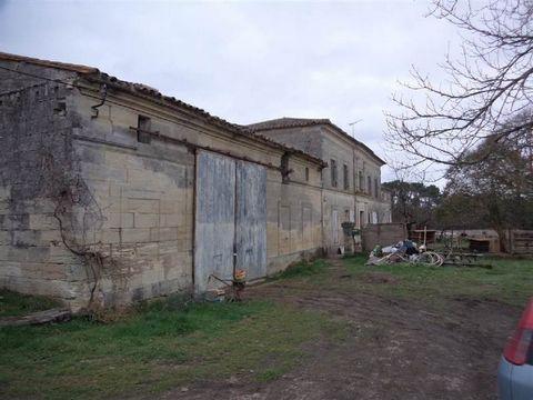 Propriété de 17 hectares avec source, prairies, bois, vignes, maison girondine d'environ 300m2 habitables avec une autre maison à rénover entièrement sur 150m2 environ, plus une ruine de 150m2, poulailler de 12m2, garage de plus de 100m2, chai de 400...