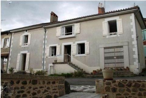 660/5000 Près du centre du village se trouve cette maison familiale de 5/6 chambres avec vieille boucherie. Cette maison est composée de deux maisons originellement. Au rez-de-chaussée se trouve une ancienne boucherie, cuisine, bureau, salon et salle...