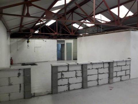 A VENDREEvolis vous propose à la vente un entrepôt indépendant proche gare RER du Bourget. Un RDC avec 270m² de stockage comprenant une porte d'accès de plein pied. Un 1er étage divisé en deux parties, une avec des bureaux et l'autre en stockage avec...