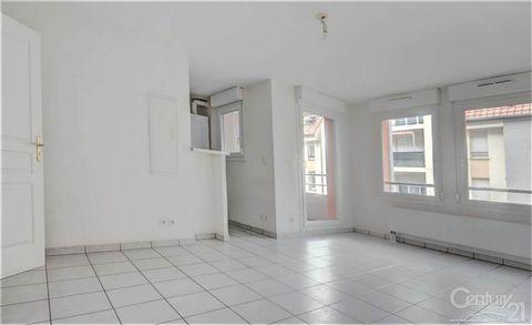A ERSTEIN - Appartement 2 pièces de 40 m² au 1er étage d'une résidence comprenant une entrée avec placard, un séjour donnant accès sur le balcon, une cuisine ouverte meublée équipée de 2 plaques de cuisson, une chambre donnant sur la salle d'eau, et ...