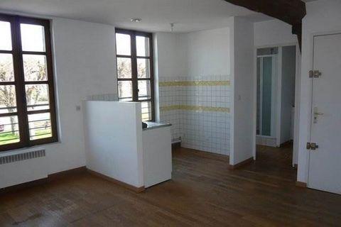 A BRAY SUR SEINE, studio situé au 1er étage offrant : Entrée sur séjour avec coin cuisine, salle d'eau et wc.