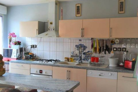 Idéalement situé à proximité de la gare et des commercesDans une résidence de 2009, venez découvrir ce bel appartement en rez de chaussée avec terrasse sans vis à vis.Cette appartement offre une cuisine équipée ouverte sur le salon avec accès à la te...