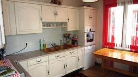 Maison de ville avec 1 local commercial loué 599 euros/mois et un appartement T6 d'environ 140 m2 comprenant cuisine équipée, salle à manger, séjour, salle de bains avec baignoire, salle d'eau, 4 chambres, cellier, caves, sur 730 m2 de terrain clos. ...