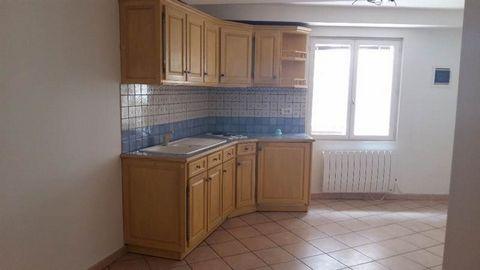 Appartement type 2 de 31m² situé au rdc d'une une maison de village dans le centre de Cuers. Appartement en très bon état (Peintures neuves), il comprend une pièce principale avec coin cuisine aménagée et équipée, un coin nuit, une salle d'eau avec t...