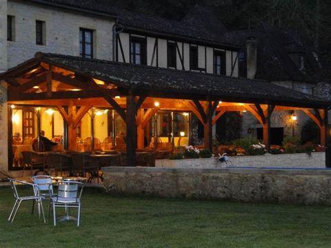 vends murs et fonds, situé dans la campagne du Sarladais ce relais vous réserve un accueil chaleureux, une cuisine régionale et traditionnelle, dans un grand parc avec piscine, terrain de boules, l'hôtel dispose de 18 chambres, toutes avec bains douc...