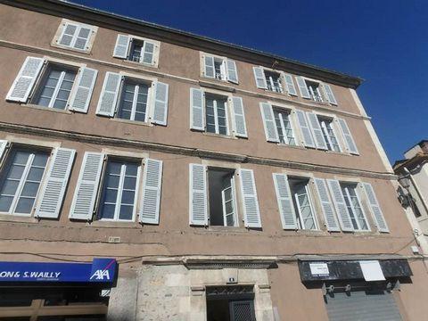 Bel appartement T2 entièrement rénové dans un bel immeuble au centre ville, comprenant une pièce de vie, une chambre et une SDE / WC. DPE : D. Loyer CC : 410 euros. Caution : 380 euros. FA : 380 euros