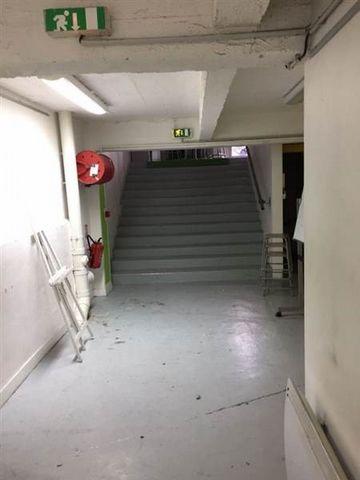 A proximité de la Place Daumesnil rue Louis Braille un local commercial avec un accès direct sur rue se composant d'un théatre de 200 m² et d'un grand studio photo de 100m² avec 4 mêtres de hauteur sous plafond. Dégagements. Sanitaires.2 bureaux d'en...