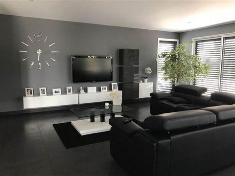 A SEULEMENT 39 KM DE PONTARLIER, 45 KM DE MORTEAU ! Cette belle propriété aux lignes modernes et dynamiques dispose d'un large espace à vivre, Vous apprécierez cette maison comtemporaine à toit plat avec sa cuisine équipée conjointe au séjour travers...