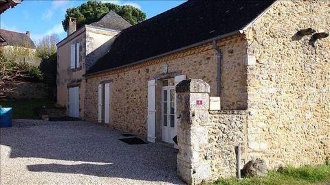 Dans un charmant village du Périgord Noir, à quelques minutes des autoroutes A20 & A89, Ancienne maison en pierres entièrement rénovée avec grange de 100m² au sol et préau de 50m². La maison offre une pièce de vie avec cheminée équipée d'un poêle, 3 ...