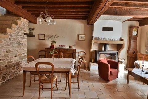Maison ancienne proche du village, dans un état impéccable, avec de beaux volumes.. Séjour spacieux avec poéle à bois, cuisine indépendante équipée, 6 chambres, une salle de bains, une salle de douches, deux toilettes. Beaucoup de rangements, grenier...