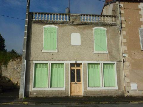 Maison de ville Une entrée, un séjour, une cuisine, un wc, un dégagement A l'étage deux chambres, une salle d'eau Chauffage gaz de ville