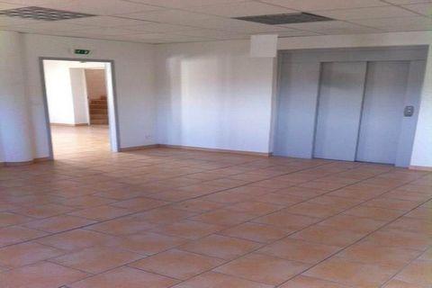 A LOUER - CONGENIES - BUREAUX Bureaux au 1er étage d'un immeuble composé de : 3 pièces avec ascenseur, un WC et un lave main. Libre immédiatemment.