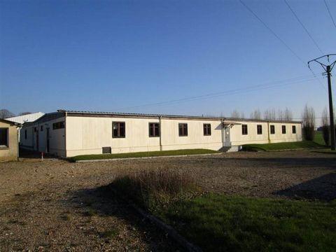 Local d'environ 1000 m² avec une entrée, un coin repas, un bureau, des sanitaires, une chaufferie, implanté sur 3027 m² de terrain avec un garage indépendant supplémentaire de 40 m². Libre de suite.