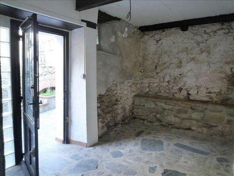 Proche Prades, dans un joli village, maison de 154 m² sur 2 niveaux datant du XIème siècle, à rénover. Bien atypique et rare. Elle comprend 1 salon de 40 m², 3 chambres, 1 bureau, 1 buanderie, 1 salle de bain et 2 wc. Combles aménageables de 30 m².