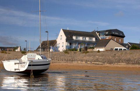 Ce petit complexe de vacances est situé à proximité immédiate de la mer sur la Côte de Granit Rose (côte de granit rose), surplombant la baie de Sainte Anne et l'île de Costares. Depuis le complexe de vacances, vous avez un accès direct au magnifique...