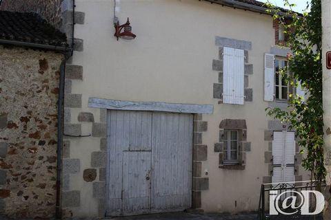 I@D France - Patricia COQUELIN ... vous propose : BONNE AFFAIRE!Petit prix pour cette maison en très bon état.Maison de village composée d'1 salon, cuisine et aux étages : 3 chambres, 1 salle d'eau, 1 spacieux grenier. La grange attenante peut accuei...