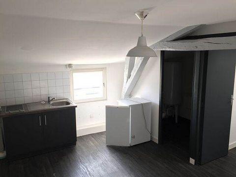 Un appartement de type F1 comprenant : un séjour avec un coin cuisine, une pièce principale, une salle de bains avec wc.