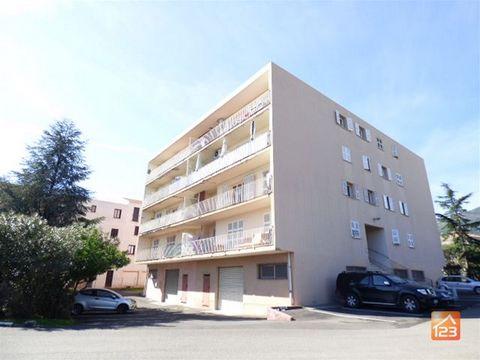 NOS HONORAIRES : 1%, 2%, 3% !!* Biguglia- T4 de 85 m2 en dernier étage, avec une terrasse de 16 m2 à un prix attractif (moins de 1800 €/m2). 2 parkings. Dans un secteur hyper calme, et avec une vue sur l'étang de Biguglia, cet appartement lumineux es...