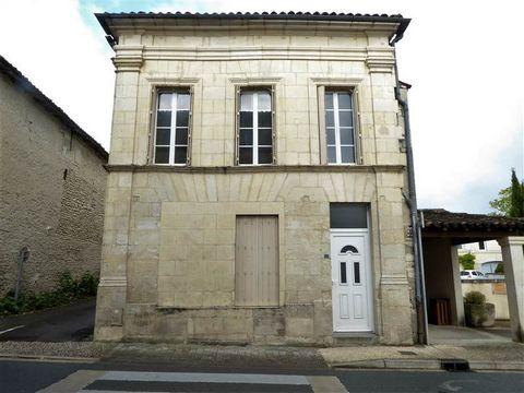 A seulement 10 minutes du Centre de Cognac, vous serez ravis par cette jolie maison au centre d'un village disposant de toutes les commodités (école, supérette, boulangerie, coiffeur...). Au rez de chaussée, vous trouverez une grande pièce de vie, un...