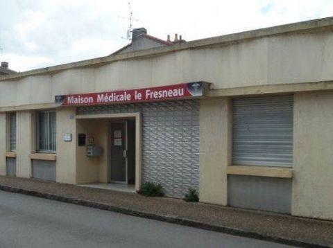 En centre-ville, local professionnel comprenant 1 bureau de 17 m² et 1 salle d'attente.Loyer 400 Euros hors charges/moisHonoraires 480 Euros H.T.
