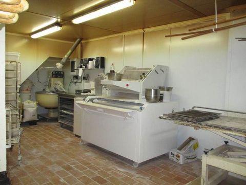 Fond de commerce de Boulangerie-Patisserie à Bailleul Rez-de-chaussée commercial composé d'une magasin, d'une pièce de préparation,un bureau, un vestiaire, un labo boulangerie et un pour la pâtisserie, nombreux équipements et garage. A l'étage appart...