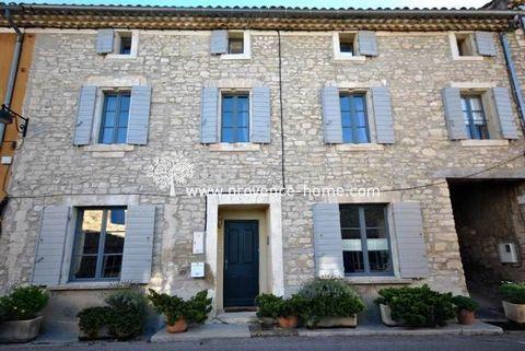 Notre agence immobilière, Provence Home à Oppède, vous propose : Dans le centre du village grande maison restaurée avec terrasse tropézienne. De 218 m2 cette maison bourgeoise comprend 3 niveaux avec un grand séjour-salle à manger, cuisine équipée, t...
