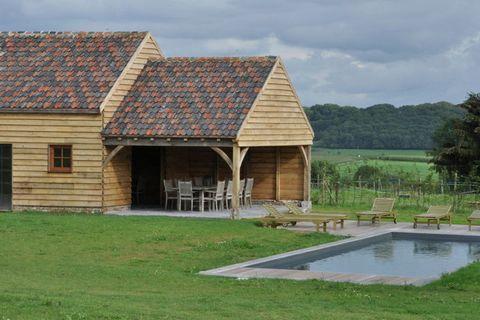 Vous trouverez cette perle de maison de vacances avec piscine extérieure chauffée et poolhouse luxueuse, sur un domaine exceptionnel d'un hectare. La maison fait partie de la ferme protégée d'un château, un ensemble impressionnant, que vous verrez dé...