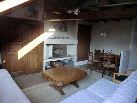 Une maison de village élevée de 4 niveaux et couchages sur une cave, composée d'une entrée, de deux chambres, d'un WC indépendant, d'une salle de bain avec WC, d'une cuisine/salle à manger, d'un salon et d'une mezzanine. Une parcelle de terrain non a...