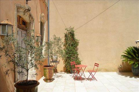 Dans ce joli village du Languedoc Roussillon, une maison de maître et son grand garage attenant. La maison comprend 5 chambres, une salle d'eau, une salle de bains, une buanderie et de nombreuses possibilités d'aménagements. Beaux volumes.