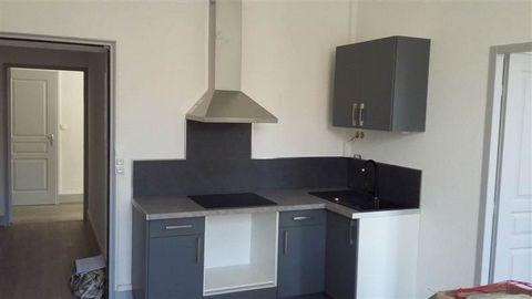 Proche centre, bel appartement T2 entièrement rénové composé d'un séjour avec cuisine équipée, 1 chambre avec salle d'eau, W.C. indépendant.