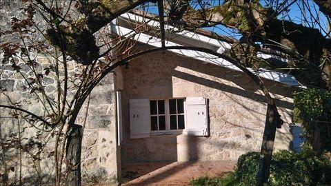 Cheminée en pierre, carreaux de gironde pour cette maison de caractère implantée sur un terrain de plus de 3 000 m² qui lui assure un environnement de qualité, sans vis-àvis ; 3 chambres dont 1 suite parentale ; cuisine séparée ; garage, piscine de 5...