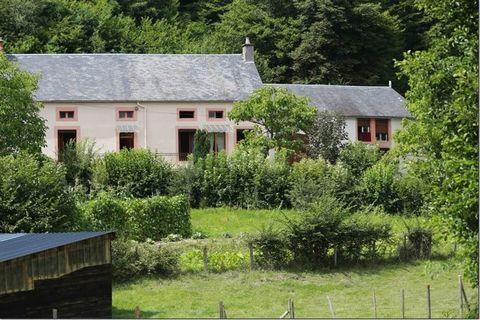 Centre Morvan - hameau calme. Ensemble de deux Maisons de 124 et 56 m², 5 et 3 pièces, 4 et 2 chambres, séjour traversant de 49 m². Terrain de 1137 m². Chauffage Fuel. Dépendances attenantes.
