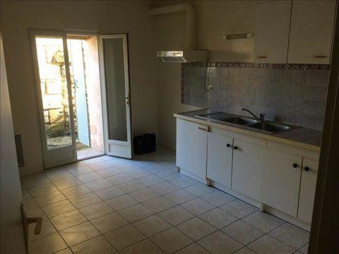 Appartement vide comprenant en RDC une cuisine aménagée, salon, WC et en R+1, 2 grandes chambres, salle de bains + WC. Aucun travaux à prévoir. Idéal investisseur ou premièr achat
