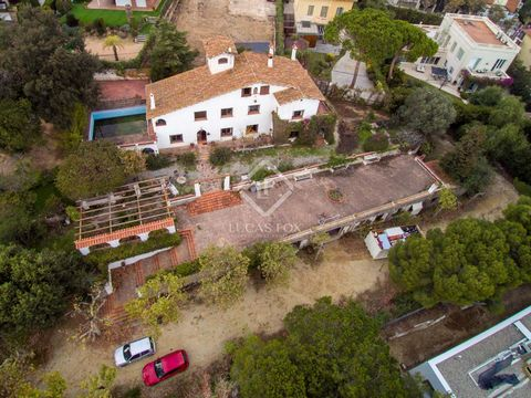 Just 10 minutes on foot from El Masnou train station and beach, we find this 486 m² traditional Catalan Masia to renovate on a 3,000 m² plot. The surroundings are quiet as the masia is situated on a cul-de-sac, tucked away from passing traffic. The h...