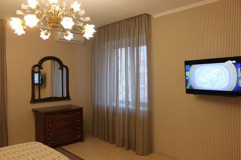 Уютная просторная 2-х комнатная квартира с кухней-студией 18 кв.м., которая используется для проживания как отдельная третья комната. Квартира класса люкс в новом элитном доме, расположенном в тихом, спокойном месте. Дом сдан в 2015 г., евроремонт-20...