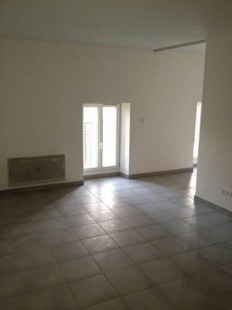 Au cenre de ST-MARCELLIN, appartement type 2 d'une surface de 35 m² env. comprenant une cuisine aménagée ouverte sur séjour, une chambre, une salle d'eau avec WC et un balcon.
