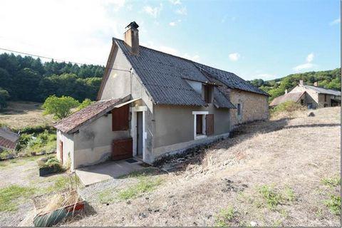 Est Morvan, dans un petit hameau. Maison de 94 m² à rénover, 4 pièces, 3 chambres, séjour de 35 m² avec plafond à la française. Terrain de 1849 m². Chauffage Gaz.