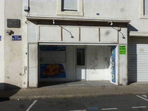Local commercial de 26 m² en centre-ville avec préau à l'extérieur.Loyer 360 Euros HT / moisDépot de garantie 360EurosHonoraires 360 Euros TTCDPE vierge